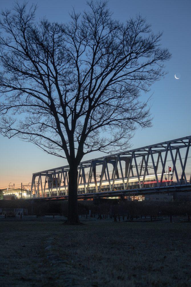 日の出前の空と京成線