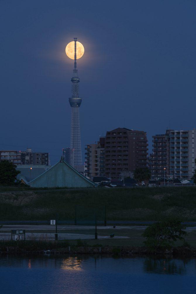 沈む満月と東京スカイツリー