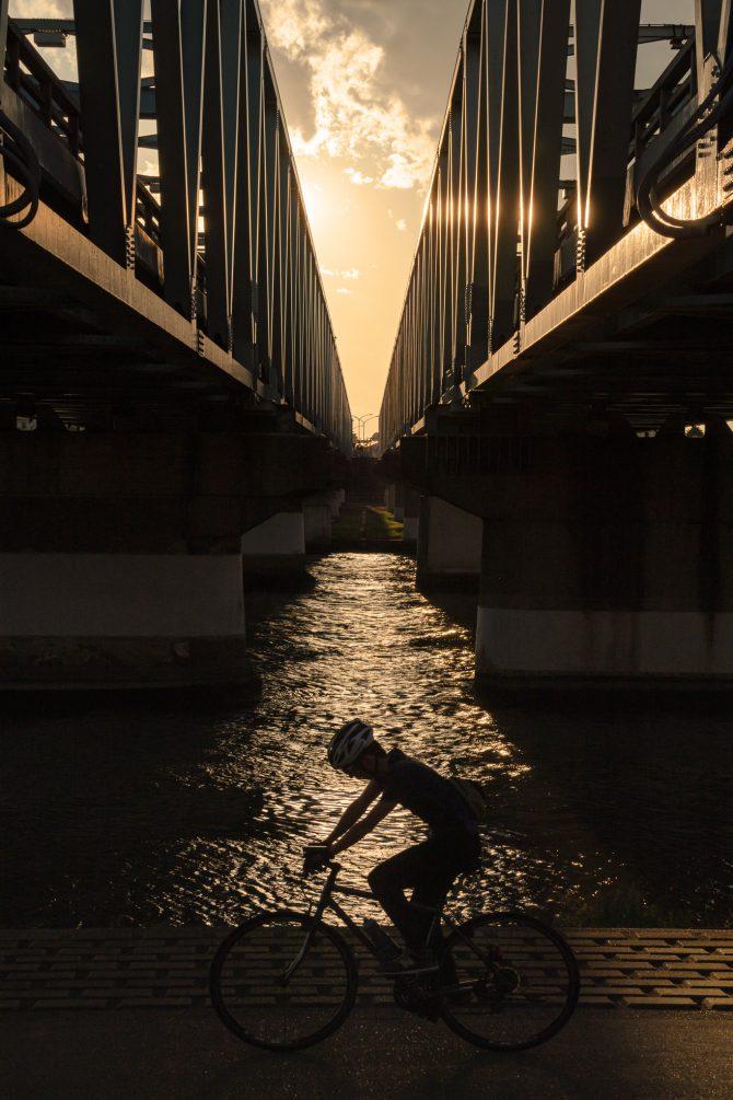夕暮れの市川橋の下で