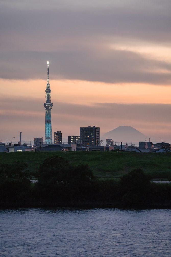 夕暮れの江戸川と富士山、スカイツリー