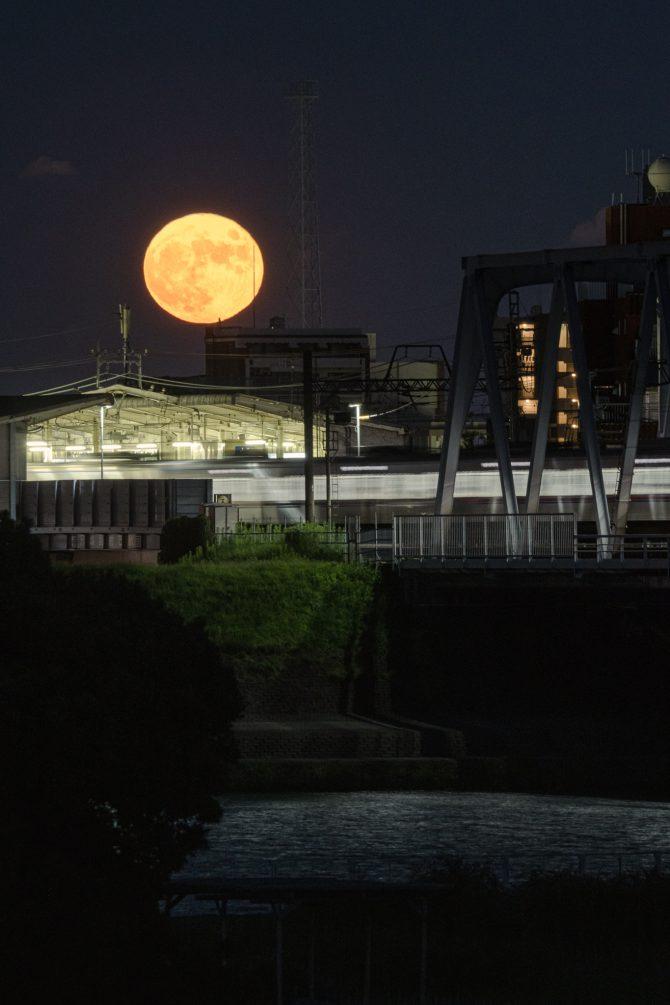 満月と京成線国府台駅