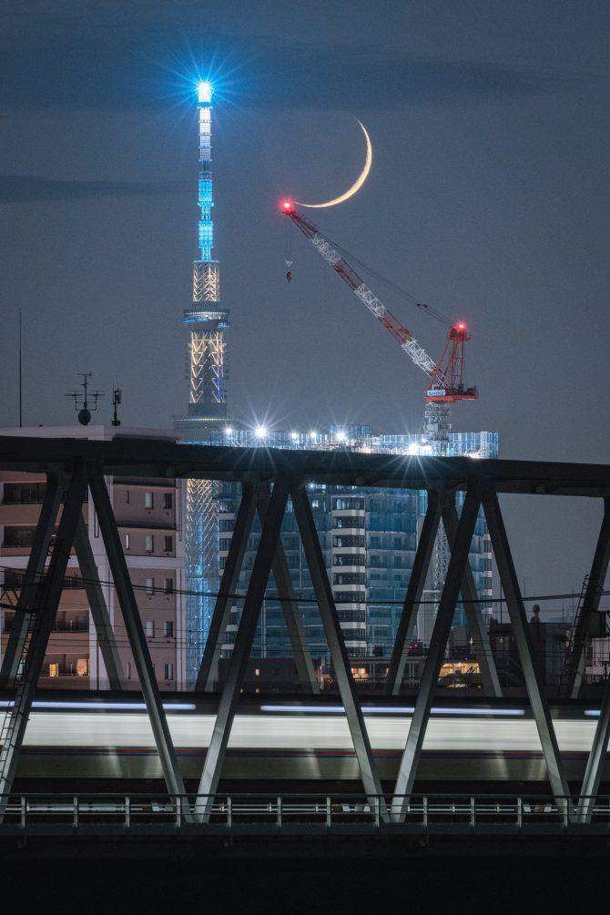 スカイツリーと京成線と細い月